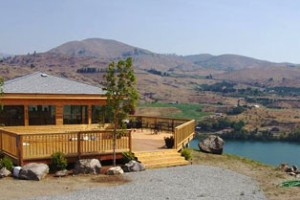 Four Lakes Winery tasting room overlooking lake near Chelan